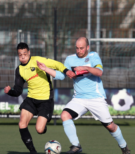 Capelle geeft voetballes aan FC Vlotbrug