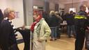 Joanne Blaak, directeur van het Leger des Heils Zuidwest Nederland (links op de foto) is in gesprek met een buurtbewoonster tijdens een inloopbijeenkomst over de komst van de dagopvang naar het Kromhout in Dordrecht, waar ook al de nachtopvang zit.