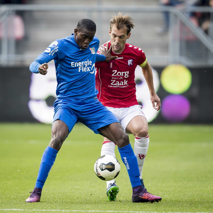 NEC-spits Taiwo Awoniyi duelleert met FC Utrecht speler Willem Janssen.