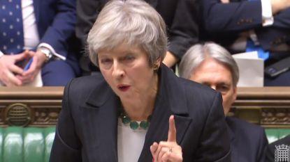 """LIVE BREXIT. May krijgt spot en hoongelach over zich in parlement, Britse regering """"in chaos"""" na vijf ontslagen"""