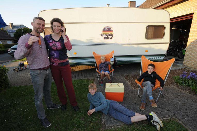 Alex en Lene met de kinderen bij hun escape-caravan.