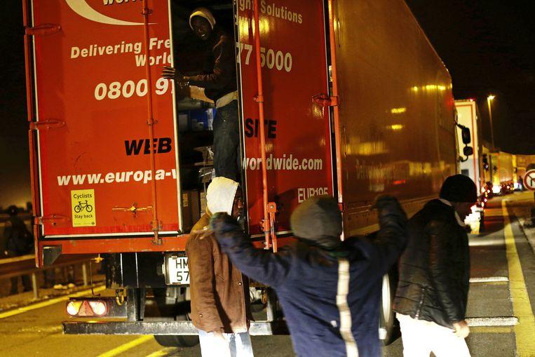 Beeld van de voorbije nacht. Migranten forceren trucks open en proberen zo in Engeland te raken.