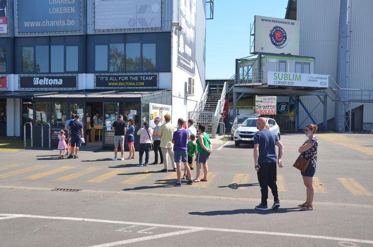 Het was zaterdagochtend aanschuiven aan de fanshop om nog een laatste shirt of training te kopen van Sporting Lokeren.