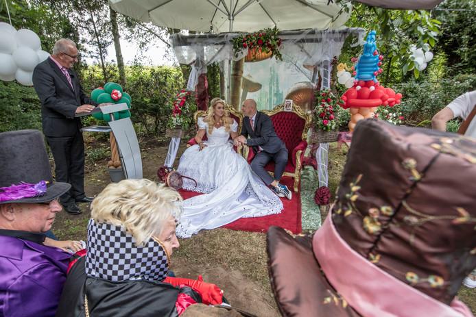 Doodzieke Wendy Gruijters en Patrick Schoofs trouwen in Alice in Winderlandstijl in Gemert