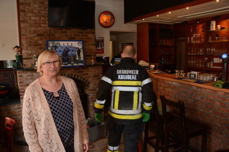 Patricia Van Hul krijgt hulp van de brandweer maar ook die krijgt het water maar moeilijk weg.
