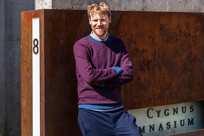 Erik Ex, met op de achtergrond het Cygnus Gymnasium waar hij lesgeeft.