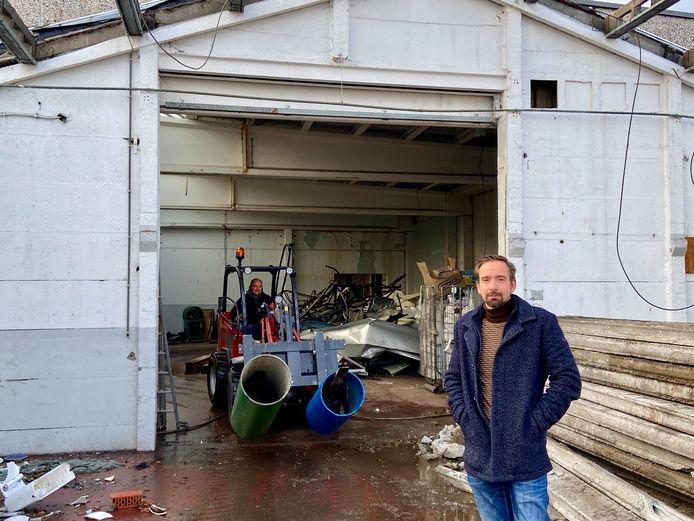Begrafenisondernemer Gert Verhaert in het oude garagecomplex, dat omgebouwd zal worden tot een uitvaartcentrum met ceremonieruimte, koffietafelzaal en parking