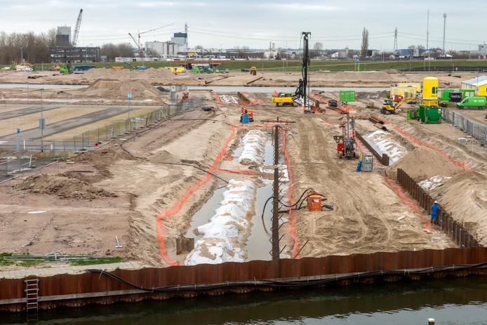 Tussen de Vissershaven (voorgrond) en de oude Lelyhaven wordt de Jottergracht gegraven. Allerlei veiligheidsmaatregelen moeten ervoor zorgen dat de in 2015 in de bodem gestopte asbest niet gaat dwarrelen.