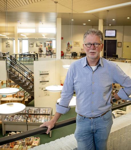 Bibliotheekdirecteur Bert Heideman doet het boek in Oldenzaal en Twenterand dicht
