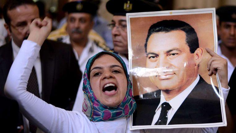 Aanhanger van Hosni Mubarak in de rechtszaal. Beeld afp