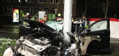 Drie zwaargewonden bij botsing op lichtmast in Arnhem