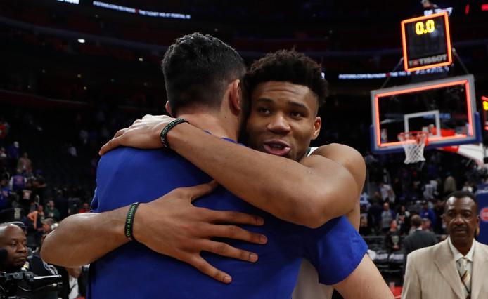 Giannis Antetokounmpo wordt gefeliciteerd door Zaza Pachulia van Detroit Pistons.