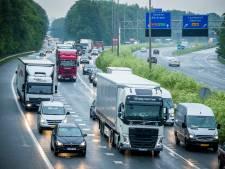 Auto belandt achter vangrail op A76: weg weer vrij