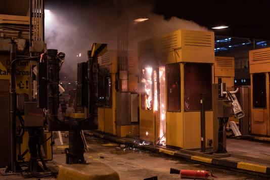 Demonstranten in Hongkong stichtten onder meer brand in tolhuisjes bij de Cross Harbour tunnel, vlakbij een van de universiteiten van de stad.