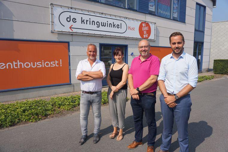 Gistel heeft nu ook een Kringwinkel, tot tevredenheid van (vlnr) directeur Bart Herremans, filiaalverantwoordelijke Miranda Segaert, schepen Michel Vincke (sp.a) en burgemeester Gauthier Defreyne (Open Vld).