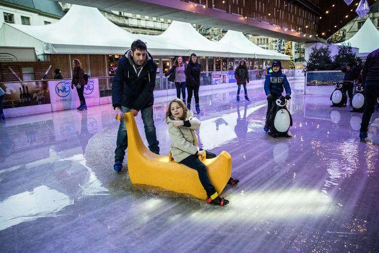 Het water kan tot 5 centimeter hoog staan op de schaatspiste.