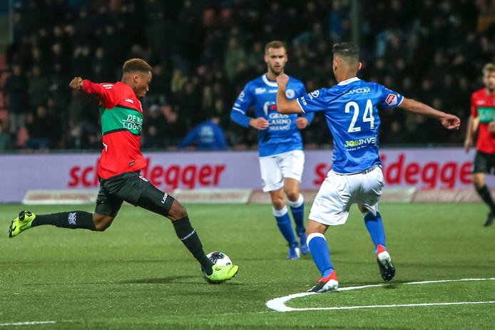 NEC-speler Jonathan Okita haalt uit voor de 0-1 tegen FC Den Bosch.