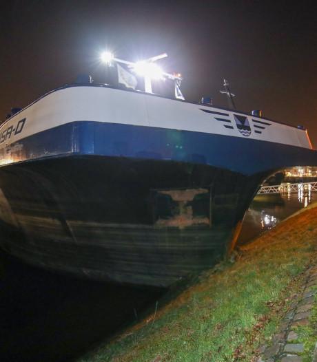Stuurloos zeeschip van meer dan 92 meter ramt meerdere schepen en botst tegen kade
