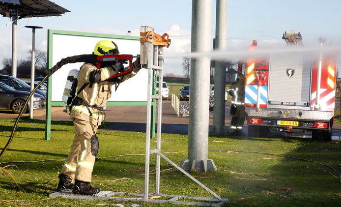 Brandweerman Jan van Doeselaar van brandweer Sluiskil spuit met een Cobra dwars door beton en staal.