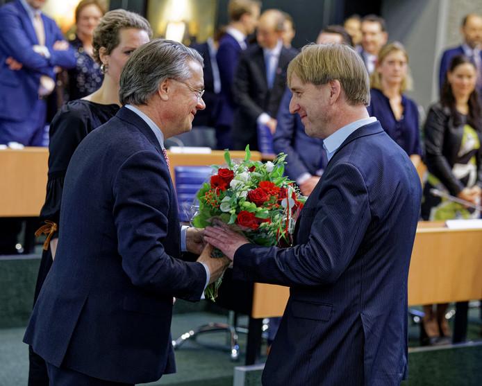 FvD-fractievoorzitter Eric de Bie wordt bij zijn beëdiging gefeliciteerd door commissaris van de koning Wim van de Donk.