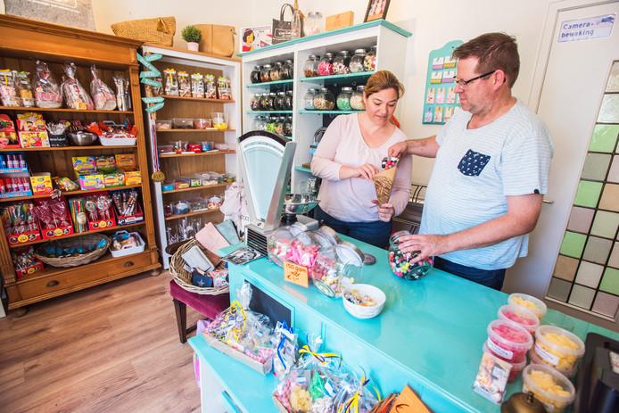 William en Daan en Danëlle van Eekelen in hun snoepwinkel Van Eekelen Als Vanouds