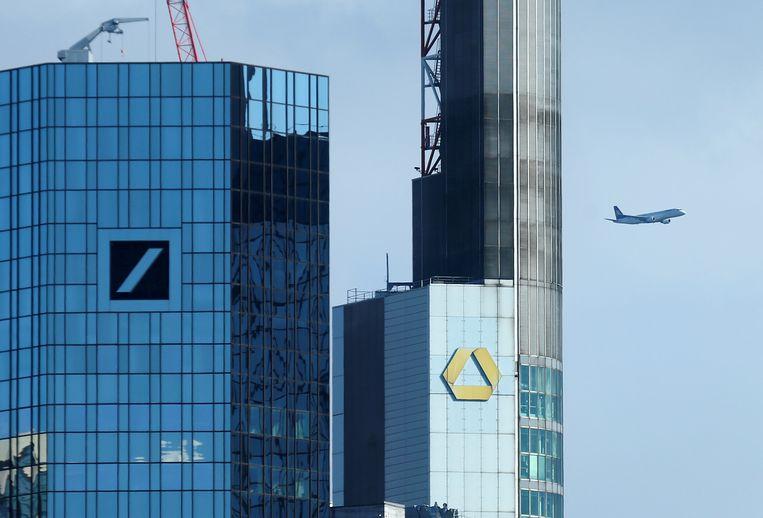 De hoofdkantoren van Deutsche Bank (links) en Commerzbank in Frankfurt. Beeld REUTERS