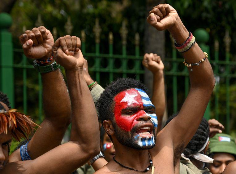 Een oorspronkelijk uit Papua afkomstige betoger demonstreert in Jakarta, met de vlag van onafhankelijk Papua op zijn gezicht geschminkt Beeld AFP