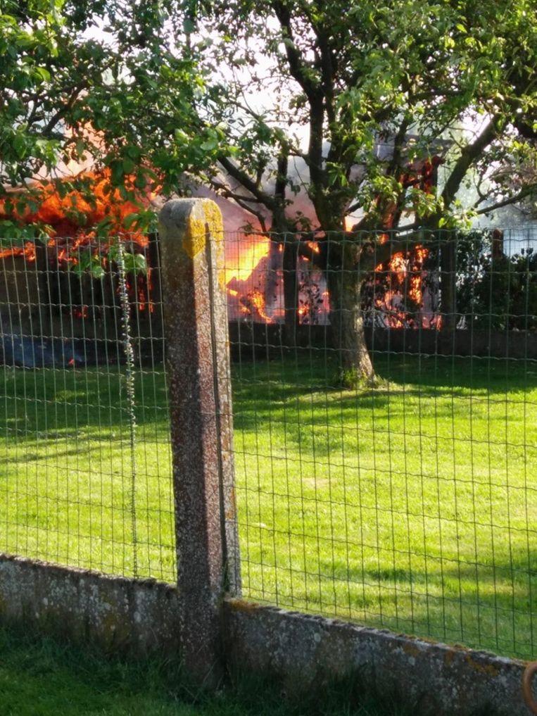 Bij aankomst van de brandweer stond het tuinhuis volledig in lichterlaaie.