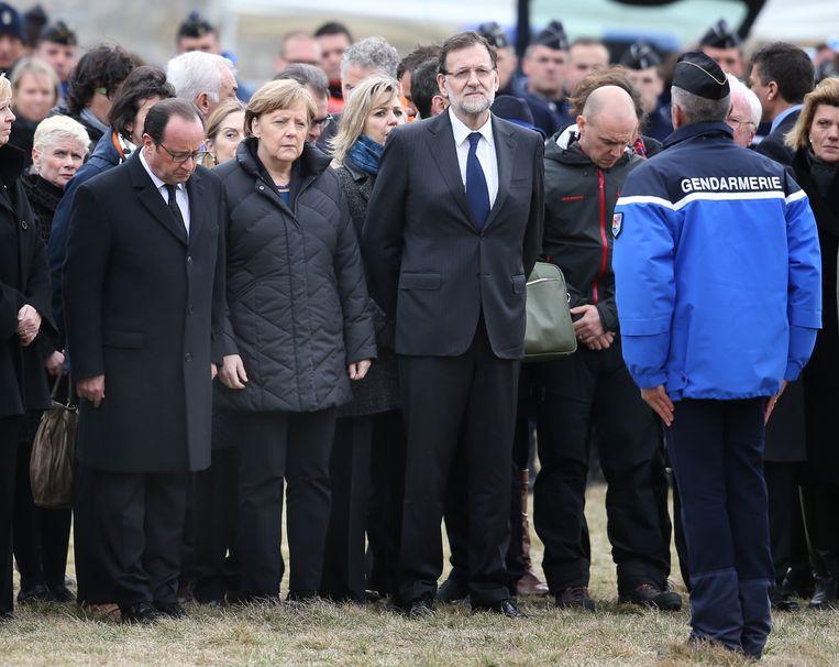 Hollande, Merkel en Rajoy woensdag in Seyne-les-Alpes, tijdens een minuut stilte voor de slachtoffers van de vliegramp. Beeld Getty Images