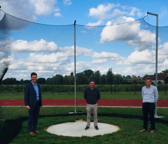 Schepen van Sport Kristof Agache en René Steyaert en Koen De Clercq van Atletiek De Pinte aan de nieuwe discusring.