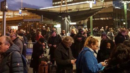 Schiphol deels ontruimd: politie schiet man met mes neer