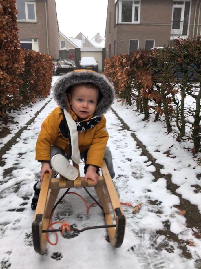 Als je sneeuw voor de tiende, honderdste of duizendste keer ziet, het is altijd mooi. Maar hoe bijzonder is het om voor het eerst sneeuw te zien? Vraagt het aan Jan. Deze eenjarige zag vandaag het witte goud voor het eerst in Liempde.