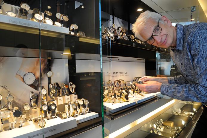 Henk van der Kooij bij zijn horloges.