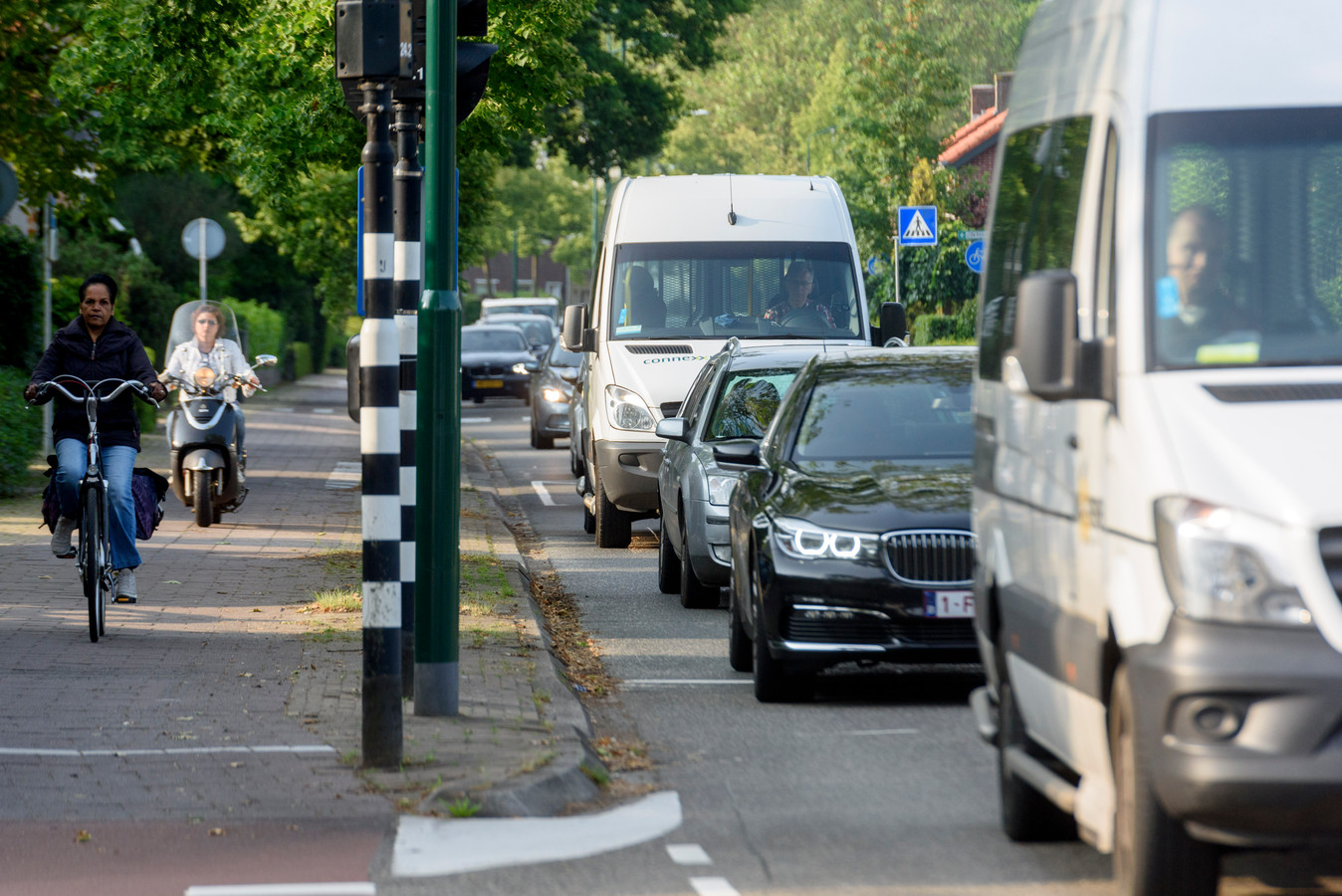WAALRE - Al jaren staat er een lange file bij het stoplicht bij de kruising tussen willibrorduslaan/wollenbergstraat. De gemeente wil daar wat aan doen.