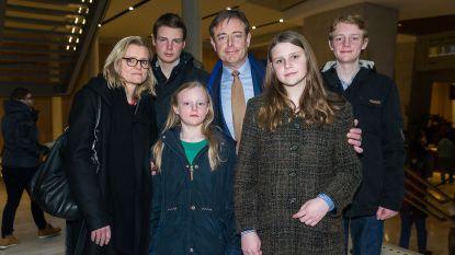 Uitzonderlijk: Bart De Wever poseert met hele gezin op rode loper