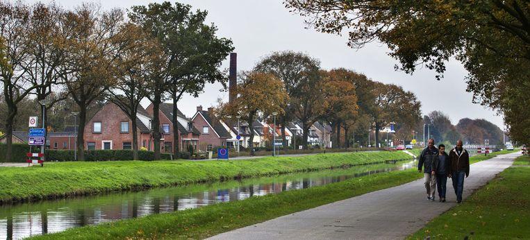 Vluchtelingen lopen langs het kanaal in Oranje Beeld anp