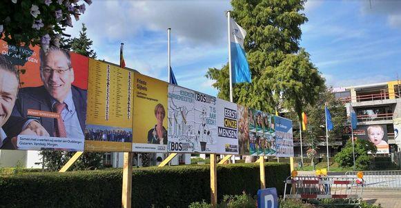 Alleen op de gemeentelijke plakborden, zoals hier aan het gemeentehuis in Opglabbeek, mogen de partijen een affiche hangen.