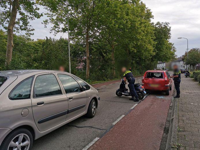 De auto stond geparkeerd op de rode fietsstrook van de Kennedyweg in Wageningen.