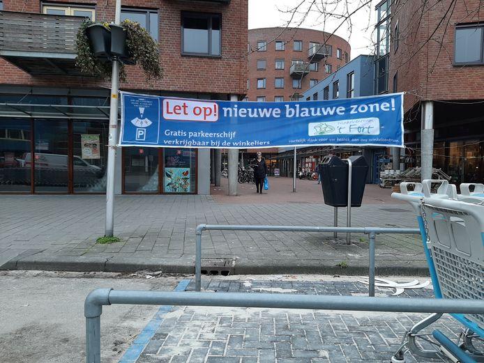 Met dit spandoek wijzen de winkeliers op 't Fort in Apeldoorn hun klanten op de nieuwe situatie.