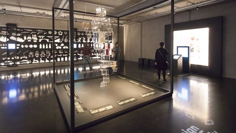 Tentoonstellingszaal in het designmuseum Cube in Kerkrade. Beeld