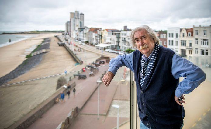 """Kunstenaar Rien Verschuur op het balkon zijn tijdelijke onderkomen op de boulevard in Vlissingen. Dit is het voorportaal van de hemel, omdat per kwartier het licht hier verandert."""""""