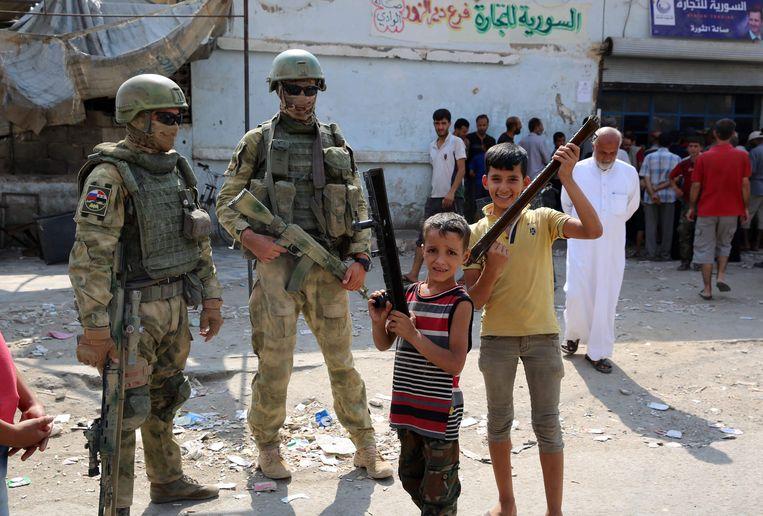 Russische soldaten in de Syrische stad Deir Ezzor. In de gelijknamige provincie zouden Amerikanen en Russen slaags zijn geraakt. Beeld AFP