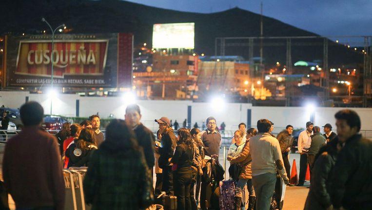 Peruanen komen samen op straat op na de twee krachtige aardbevingen. Beeld epa