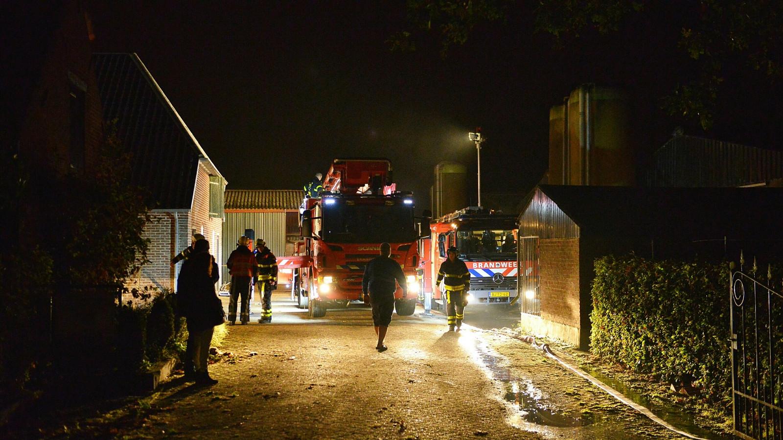 De brand ontstond in een loods met landbouwwerktuigen achter een woonhuis.