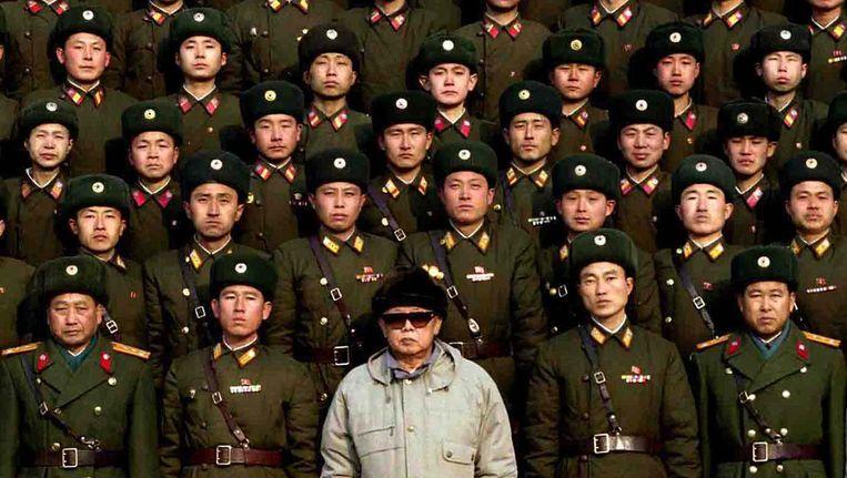Noord-Korea's vorige leider Kim Jong-Il (onderste rij, midden) in 2009. Beeld afp