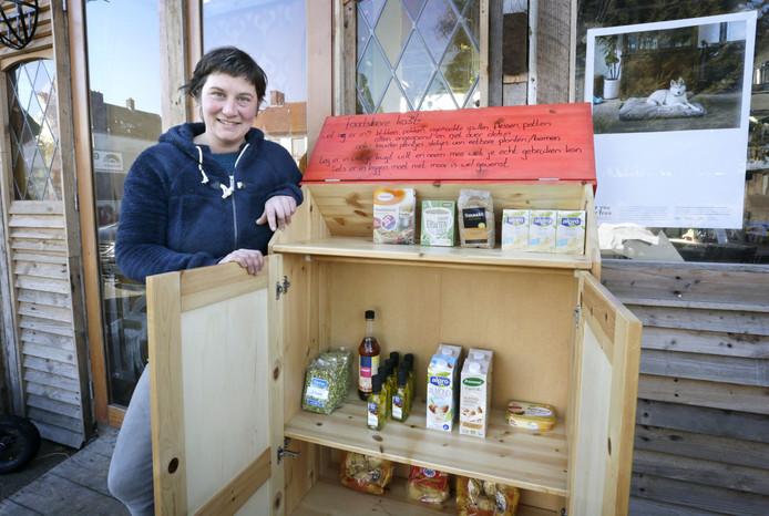 Babbe Hengeveld bij haar Foodshare automaat, een kast bij haar restaurant FoodGuerrilla waar mensen overtollig voedsel kunnen achterlaten.