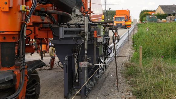 De dubbelzijdige betonmachine is een primeur in de wegenbouw.