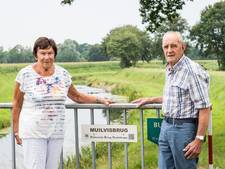 Aan alle 35 bruggen rondom Haaksbergen hangt nu een naamkaartje