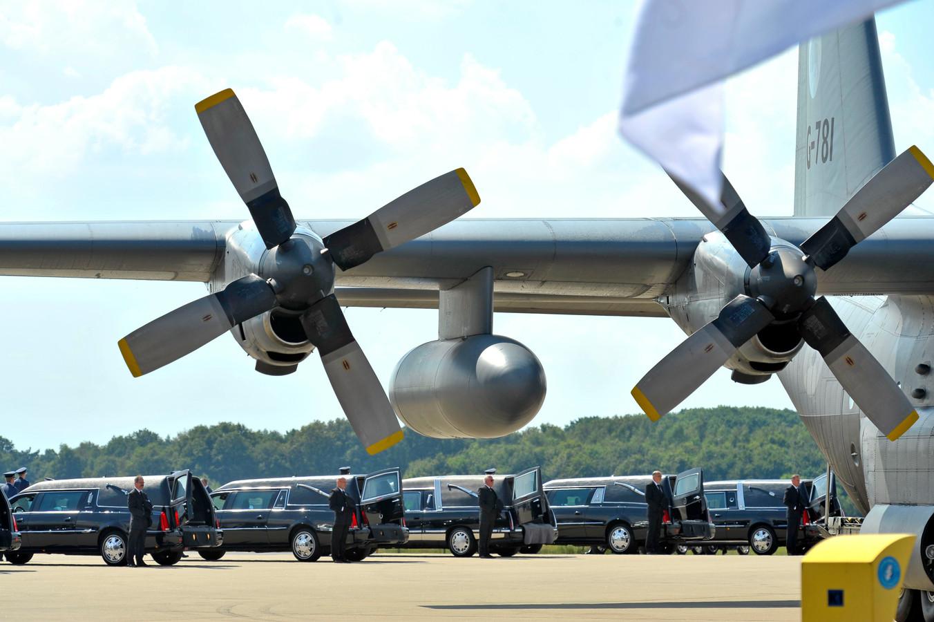 De rouwwagens op Vliegbasis Eindhoven.
