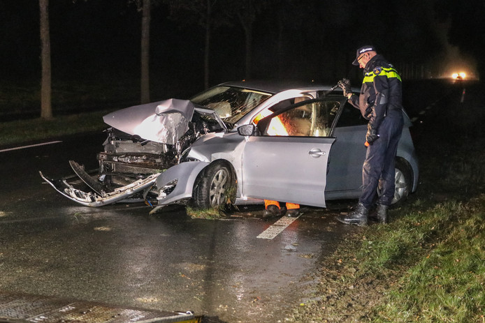 De auto werd na het ongeluk op de Nagelerweg afgesleept..